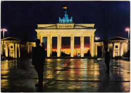 Mitte Berlin Brandenburger Tor, Nachts Grenzsoldaten Ansichtskarte 1967 - Brandenburger Door