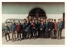 Photo Couleur Originale B.B Scolaire - Rentrée Des Classes De Garçons Vers 1960 & Voiture Ancienne Genre Renault 4 L - Personnes Anonymes