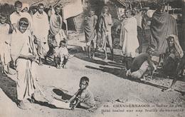 Carte Postale Ancienne D'Inde - Chandernagor - Scène De Rue - Bébé Trainé Sur Une Feuille De Bananier - Vers 1900 - Indien