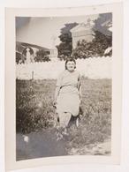 316 - Femme Assise Sur Chaise Devant Un Mur Blanc De Cimetière - Ardex Crumière - Personnes Anonymes