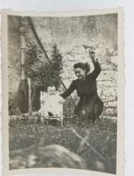 317 - Jeune Femme Et Bébé Assis - Devant Mur - Campagne - Vélas  As De Trèfle - Personnes Anonymes