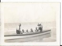 Photo Ancienne - Pirou Plage - 50 - Manche -  Personnes Et Enfants à Bord D'une Petite Embarcation - Lieux
