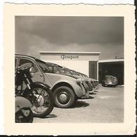 Photo Ancienne - Vieille - Auto - Garage Peugeot -  2 CV - Citroen - - Automobiles