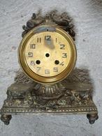 UNE  PENDULE --- LE BATI SEUL - Relojes