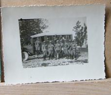 MONDOSORPRESA, ( FT11) FOTOGRAFIA  ANNO 1920/1930, GRUPPO DI MILITARI DI FRONTE AD AUTO MILITARE - Guerra, Militari