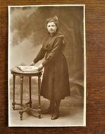 Oude Foto Van Dame Met Boek  Door Fotograaf  P . SCHELCK  Geeraardbergschestraat AALST - Personas Identificadas