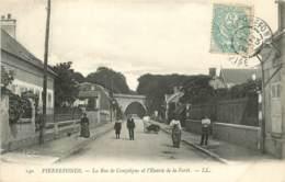 PIERREFONDS LA RUE DE COMPIEGNE ET L'ENTREE DE LA FORET - Pierrefonds
