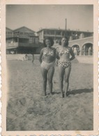 Snapshot Portrait Deux Femmes En Maillot De Bain Swimsuit Young Girls Sable - Anonymous Persons