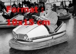 Reproduction D'une Photographie Ancienne De Michel Simon Dans Une Auto-tamponneuse à La Foire Du Trône En 1967 - Reproductions