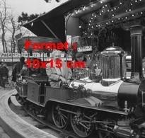 Reproduction D'une Photographie Ancienne D'une Vue De Michel Simon Dans Un Petit Train à La Foire Du Trône En 1967 - Repro's