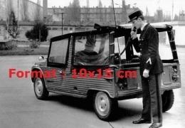Reproduction D'une Photographie D'un Gendarme Téléphonant D'une Citroen Mehari - Repro's
