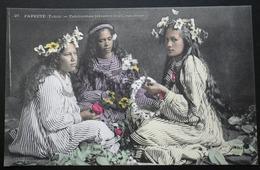 Tahiti Postcard. 27. Papeete Tahiti - Tahitiennnes Tressant Des Couronnes - Tahiti