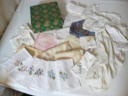 Lot, Une Boite Et 27 Mouchoirs Brodé. - Vintage Clothes & Linen