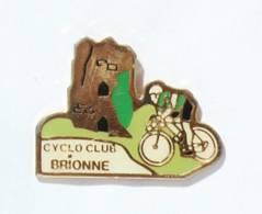 Pin's BRIONNE (27) - CYCLO CLUB DE BRIONNE - Cycliste Et Donjon - Kalikis - I588 - Wielrennen