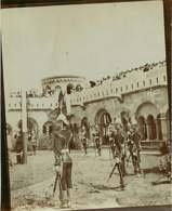 010919 - PHOTO ANCIENNE - SERBIE AUTRICHE HONGRIE PAYS DE L'EST ? MILITARIA Uniforme - Garde Soldat Château Casque Plume - War, Military