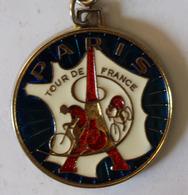 Beau Porte Clés En Métal Cyclisme Tour De France Paris Tour Eiffel Années 60 - Cyclisme