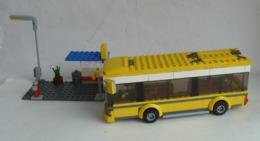 Sur 2 PHOTOS FIGURINE LEGO CITY 7641 STATION DE BUS AUTOBUS ET MAISONS - Figurines