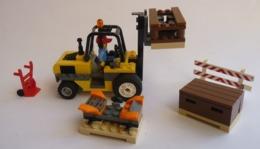 FIGURINE LEGO CITY 60022 CHARIOT ELEVATEUR ET CAISSES AEROPORT  AVEC NOTICE - Figurines