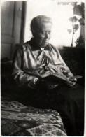Tirage Photo Albuminé Cartonné Original - Vieille à La Lecture - Lectrice Au Fauteuil Vers 1900 - Personnes Anonymes