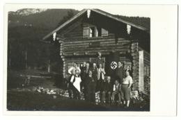 Berghütte Mit Personen Vor Hakenkreuzflagge Obersalzberg? Foto-AK Um 1940 - Guerra 1939-45