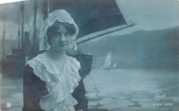 Femme En Costume Traditionnel - Bateau à Voile - Donne