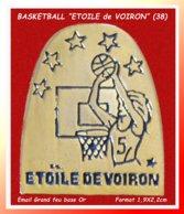 """SUPER PIN'S BASKETBALL : Club De """"L'ETOILE De VOIRON"""" En ISERE (38) FEMININES, émail Grand Feu Base Or, Format 1,9X2,2cm - Basketball"""