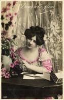 A Vous Cette Fleur Jeune Femme Ecrivant RV - Femmes