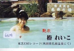 Télécarte Japon * EROTIQUE (6829) DANS LA BAIN *  EROTIC PHONECARD JAPAN * TK * BATHCLOTHES * FEMME SEXY LADY LINGERIE - Moda