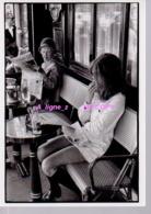 Ref 355 :  CPM Repro Henri Cartier Bresson Paris Brasserie Lipp Pin Up - Fotografia