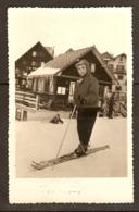 PHOTO ORIGINALE 1958 ALPE D'HUEZ NOA PHOTO - PETIT GARCON SKIEUR - SKI CHALET MONTAGNE SPORT D'HIVER - Luoghi