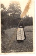 Foto Mit Frau In Tracht Auf Wiese Ca 1935 - Fotografie