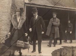 Rare Grande Photo Couple Royal Belge Roi Et Reine Albert Et Elisabeth En Visite à ... - Famous People