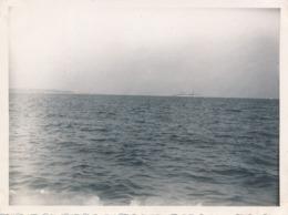 Snapshot Aout 1935 Golfe Juan Croiseur Français Le Pluton Mer Marine Plage - Barche