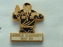 PIN'S  FOOTBALL -  ARBITRE - JUBILE G.BIGUET - MAI 93 - Football