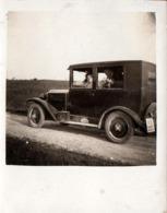 Amusante Petite Photo Originale Couple Au Bouquet De Fleurs Dans Un Tacot à Identifier Vers 1910/20 - Automobiles
