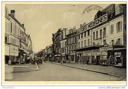 CPA (Réf:J700) BERGERAC (DORDOGNE 24) Rue Du Marché (animée, Vieille Voiture, Galeries Modernes) - Bergerac