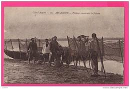 CPA (RÉF : VV670) ARCACHON  (33 GIRONDE) Pêcheurs Ramassant Le Poisson (animée) - Arcachon