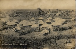 SUDAFRICA , TARJETA POSTAL NO CIRCULADA  , A MATABELE VILLAGE - RHODESIA - Sudáfrica