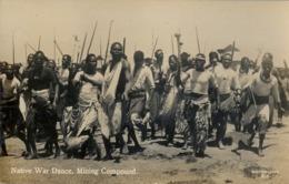 SUDAFRICA , TARJETA POSTAL NO CIRCULADA  , NATIVE WAR DANCE , MINING COMPOUND , TEMA ÉTNICO , TRIBAL , ETNICAL - África