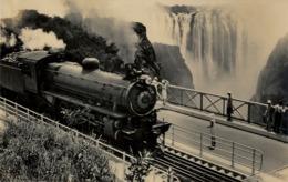 SUDAFRICA , TARJETA POSTAL NO CIRCULADA  , VICTORIA FALLS , TRAIN OF THE RHODESIAN RAILWAYS CROSSING THE BRIDGE - Trenes