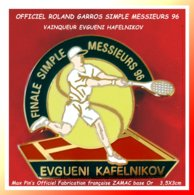 LE SUPER MAX PIN'S Roland GARROS 96 : Le VAINQUEUR Du TOURNOI, EVGUENI KAFELNIKOV (Russie) SIMPLE MESSIEURS 3,5X3cm - Tennis
