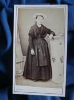 Photo CDV Gilbert Ainé (Rennes) - Jeune Fille En Pied à La Coiffe Régionale, Folklore, Second Empire Circa 1865 L462 - Antiche (ante 1900)