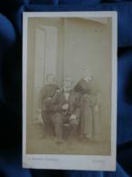Photo CDV Robbes à Rennes - Couple Avec Leur Fils, Femme à La Coiffe Régionale, Folklore, Second Empire Ca 1865-70  L462 - Photos