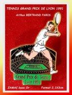 SUPER PIN'S TENNIS - Arthus BERTRAND : GRAND PRIX De TENNIS De La VILLE De LYON 1991, ZAMAC Base Or, Format 2,1X3cm - Arthus Bertrand