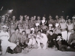 MEMBRES DU CLUB MÉDITERRANÉE DE YPSOS Île DE  CORFOU  UNE CARTE - PHOTO + 4 Photos  Vacanciers ANNÉE 1963 - Grèce