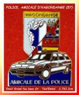 SUPER PIN'S POLICE : AMICALE De POLICE D'HAGONDANGE En MOSELLE, Véhicule RENAULT, émail Grand Feu Base Or  2,7X2,2cm - Police