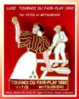 SUPER PIN'S MITSUBISHI-TENNIS : TOURNOI De TENNIS Du FAIR-PLAY HOMME-FEMME En 92 En Costumes D'époque Email Grand Feu Or - Tennis