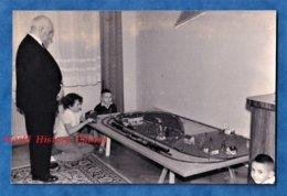 Photo Ancienne Snapshot - Homme & Enfant Prés Du Train Electrique - Jouet Circuit Modelisme Garçon Jeu - Trenes