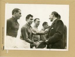 FOOTBALL AU PARC DES PRINCES 1942  . NORD Contre SUD  BOROTA  Ministre Serre La Main Des Joueurs - Deportes