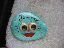 Pin's D'un Caillou Décoré Avec Le Prénom De JEREMY - Pin